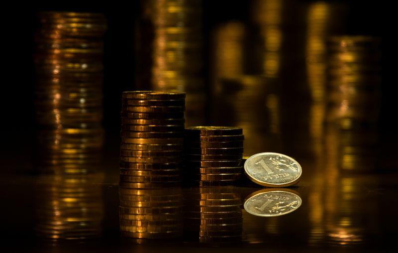 Рубль кратковременно отправил доллар ниже 76 после разговора Байдена и Путина