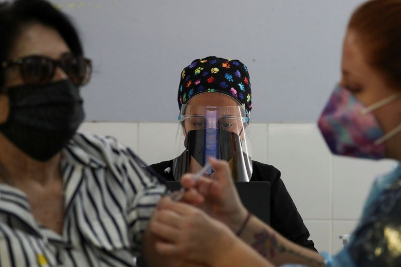 Chile dice vacuna china Sinovac tiene efectividad 67% para prevenir infección COVID-19