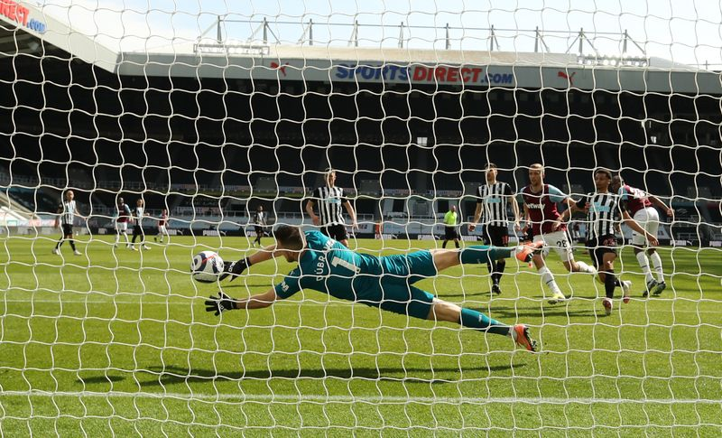 Soccer-West Ham suffer blow to top-four hopes in loss at Newcastle