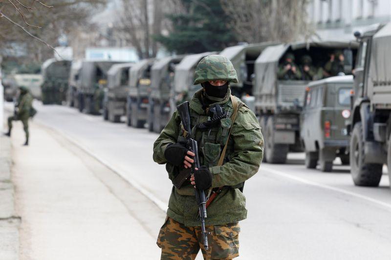 Более 100.000 российских военнослужащих сосредоточены у границ Украины и в Крыму -- Боррель