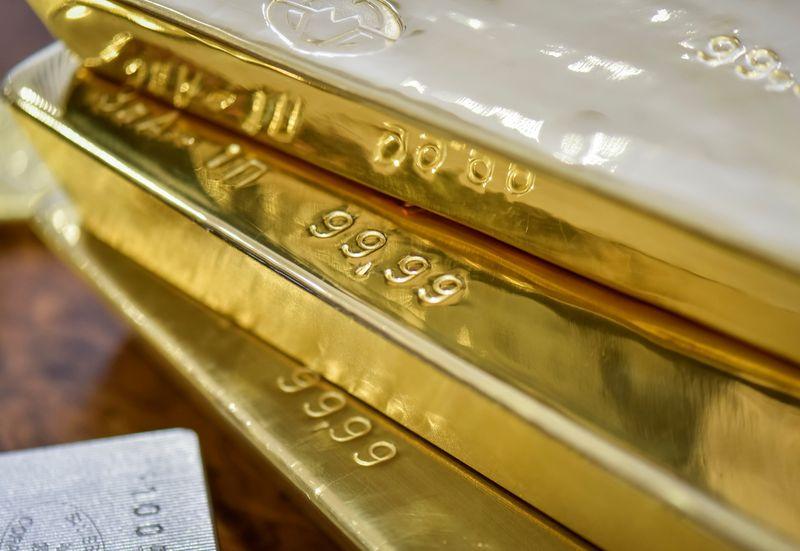 METALES PRECIOSOS-Oro sube, declive rendimientos bonos EEUU eleva atractivo lingote