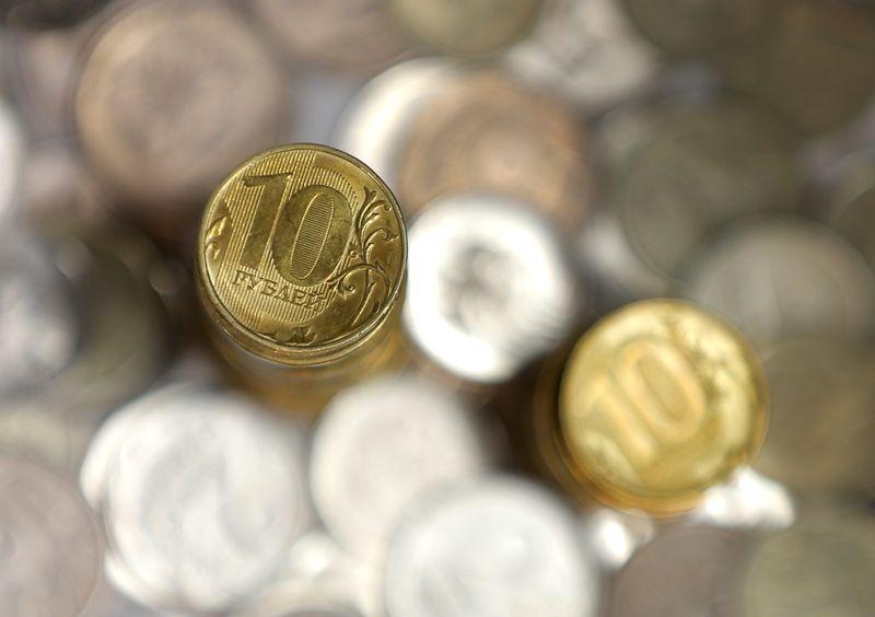 Рубль будет отслеживать потоки конца месяца и перед майскими каникулами