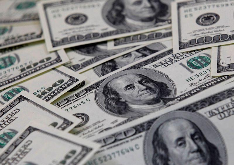 Доллар снижается четвертую неделю подряд из-за