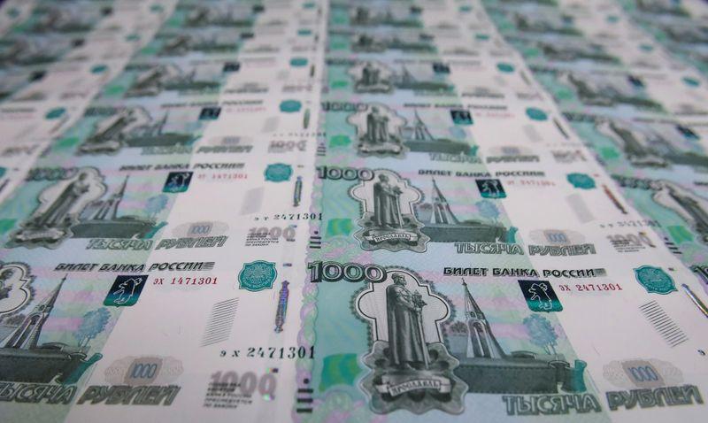 Рубль дешевеет под занавес апреля, но подрастает по его итогам благодаря деэскалации