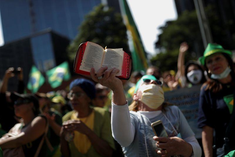 Bolsonaro sobrevoa de helicóptero manifestação a seu favor em Brasília