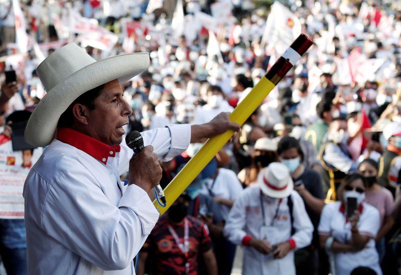 Candidatos a presidencia de Perú prometen vacuna rusa y cruzan ataques ideológicos en debate