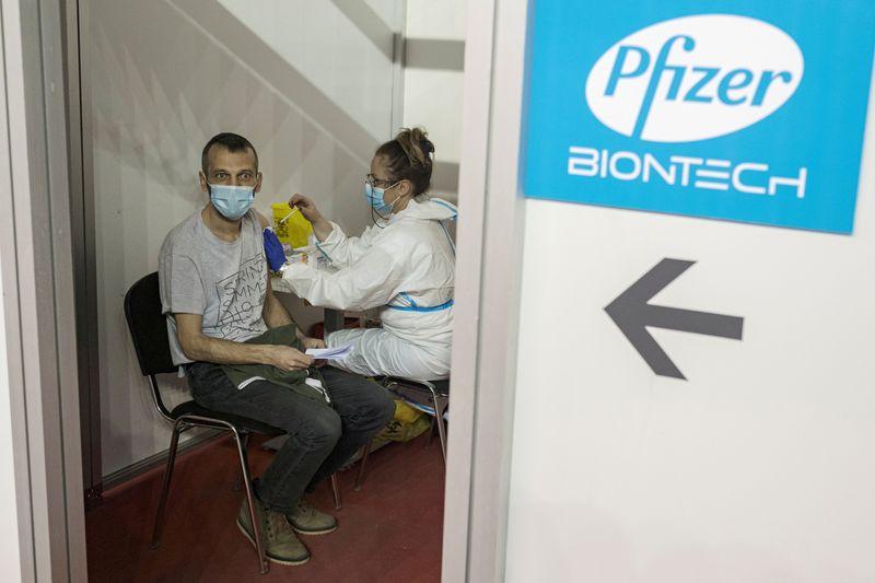 Pfizer aumenta la previsión de ventas de su vacuna anti-COVID para todo el año