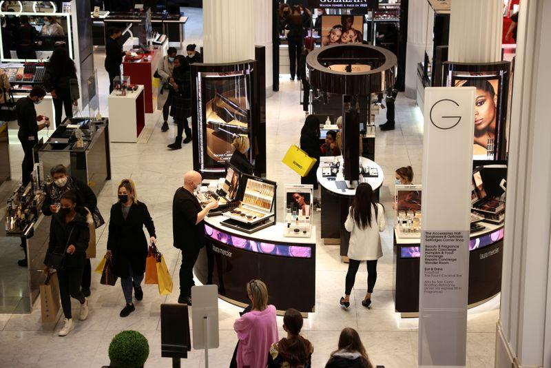 La lluvia y el frío hacen bajar frenan las ventas en comercios del Reino Unido