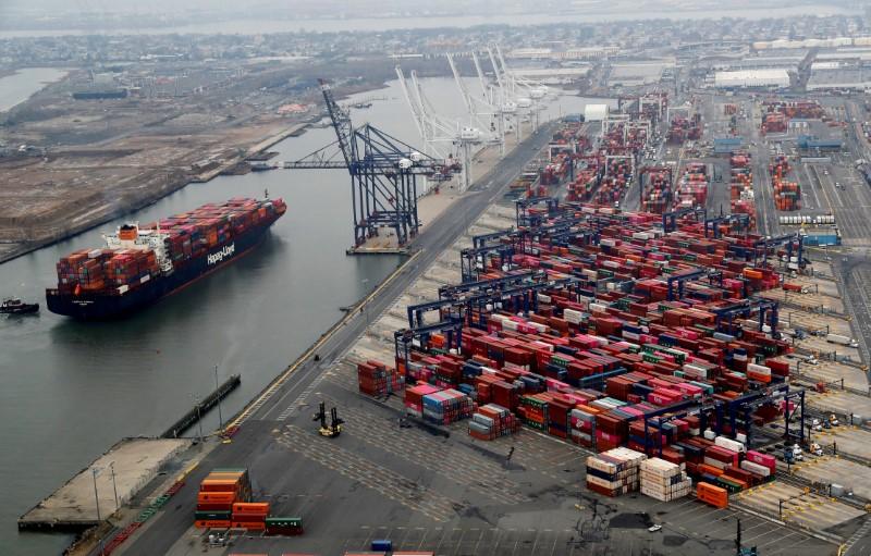 RESUMEN-Déficit comercial de EEUU toca récord máximo en medio de liberación de demanda contenida