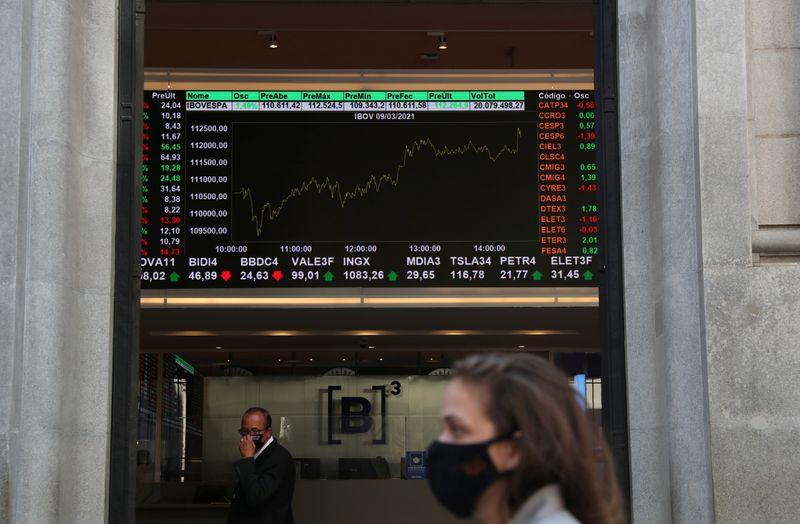 Cierran al alza por caída global del dólar y mejor apetito por riesgo