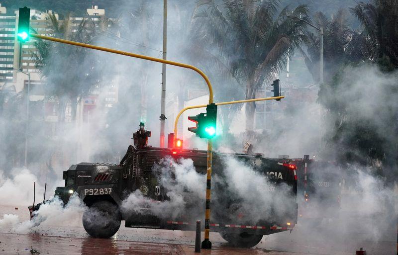 Protestas en Colombia transcurren más tranquilas, reportan escasez de combustible