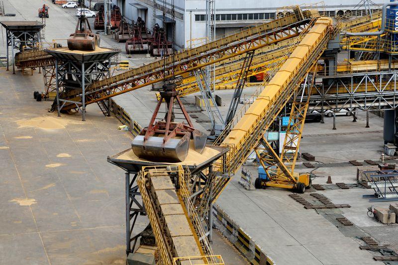 Importaciones de soja de China saltan 11% interanual en abril por llegada de cargamentos de Brasil