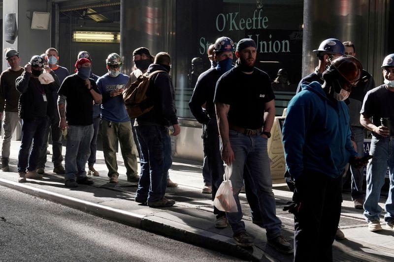 EEUU genera menos empleos de lo previsto en abril en medio de escasez de trabajadores