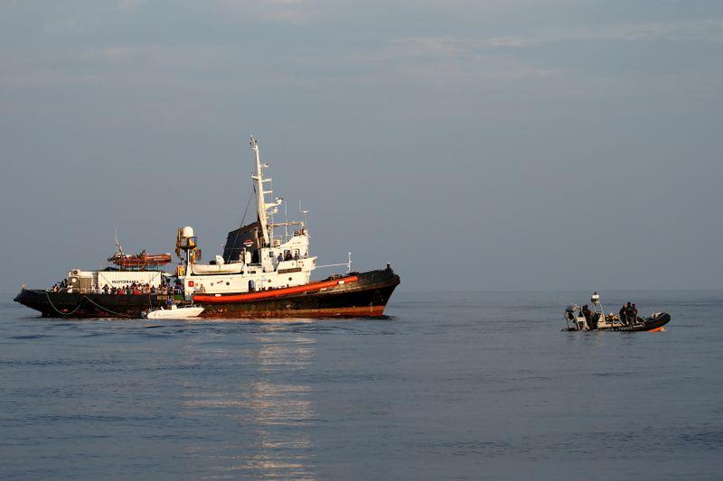 Le barche che trasportano centinaia di migranti arrivano a Lampedusa, in Italia