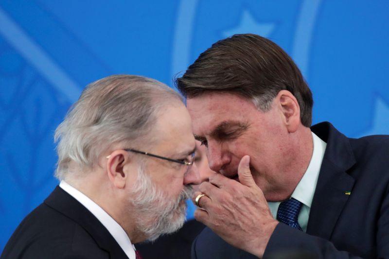 PGR rejeita abrir investigação contra Bolsonaro por cheques de Queiroz à primeira-dama