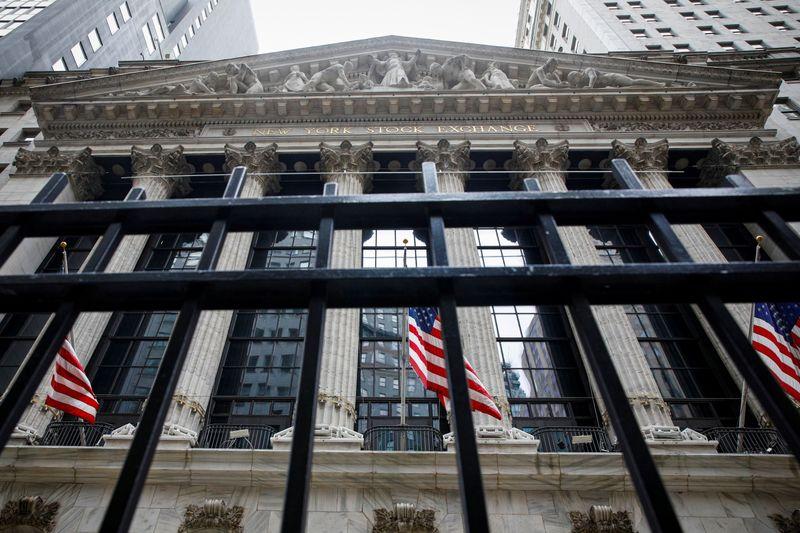 米国株式市場=ダウ433ドル高、失業保険統計改善で安値拾いの買い