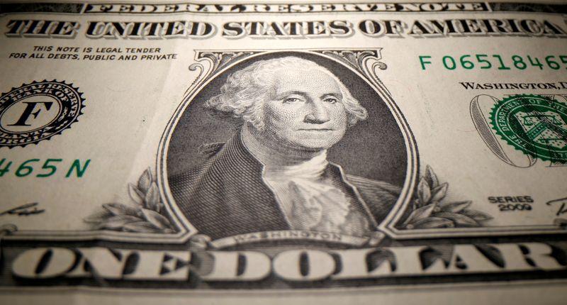 FOREX-Dólar baja tras flojo dato de ventas minoristas en EEUU que alivia temores de inflación