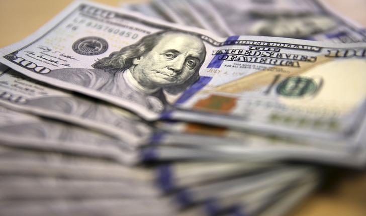 © Reuters. Photo illustration of U.S. dollar notes displayed in Johannesburg