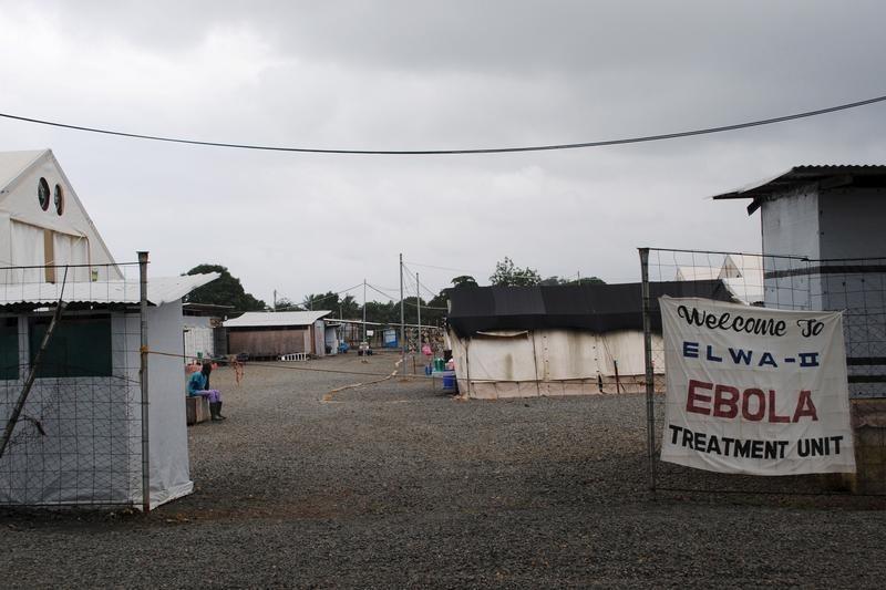 © Reuters. أول اسبوع خال من المرض في الدول الافريقية الثلاث المصابة بالايبولا