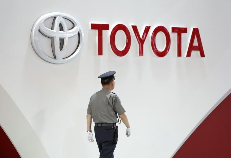 © Reuters. A security guard walks under the logo of Toyota Motor Corp in Tokyo