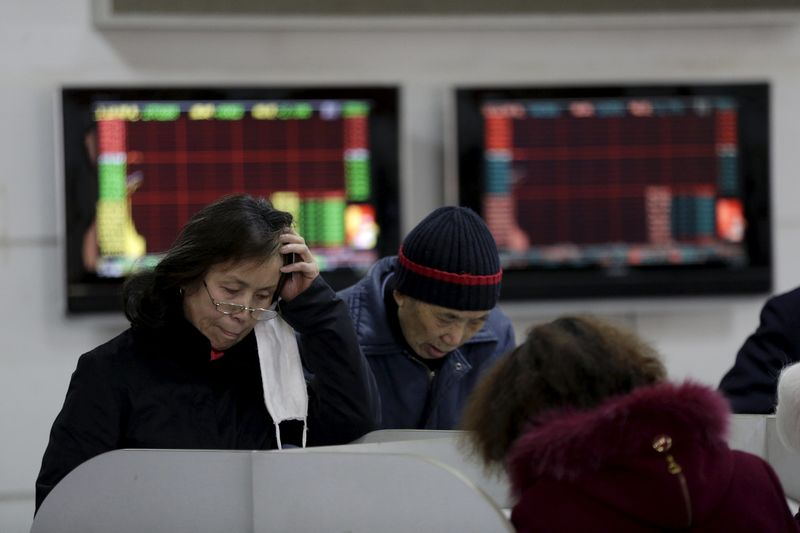 © Reuters. Investors look at computer screens showing stock information on the first trading day after the week-long Lunar New Year holiday at a brokerage house in Shanghai,