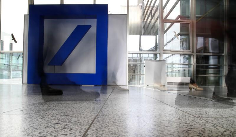 © Reuters. Shareholders of Deutsche Bank arrive for the bank's annual general meeting in Frankfurt
