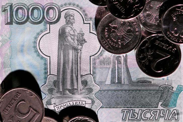 © Reuters. Рублевые банкноты и монеты