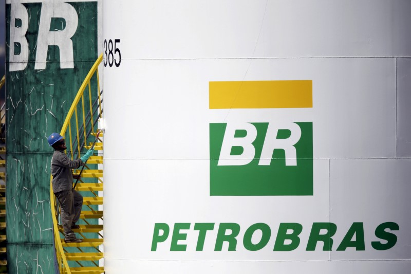 © Reuters. A worker paints a tank of Brazil's state-run Petrobras oil company in Brasilia