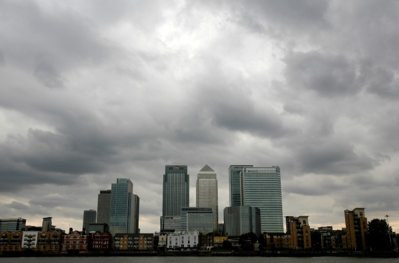 © Reuters. Storm clouds above Canary Wharf financial district in London