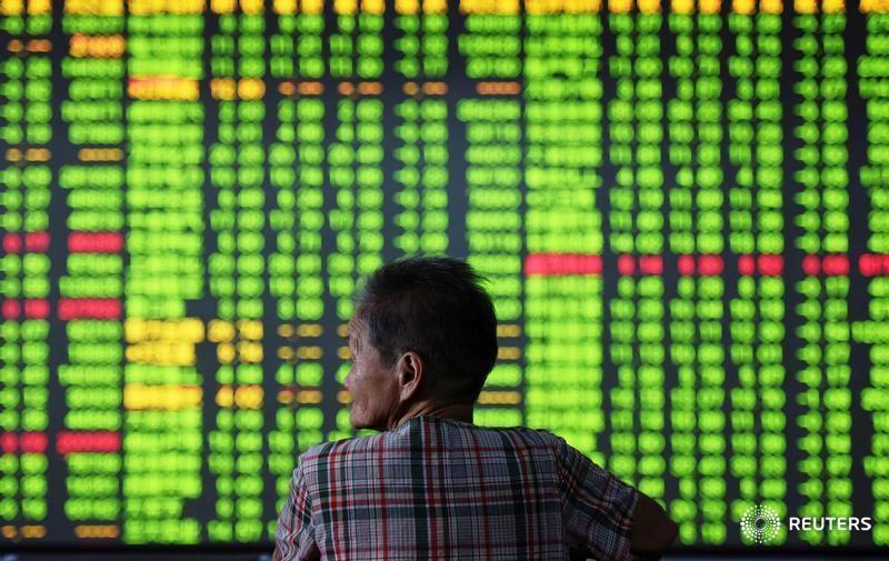 © Reuters. Инвестор в брокерской конторе в Ханчжоу