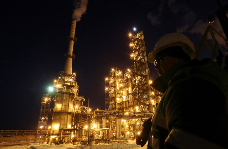 © Reuters. A worker looks on at the Bashneft-Ufaneftekhim oil refinery outside Ufa