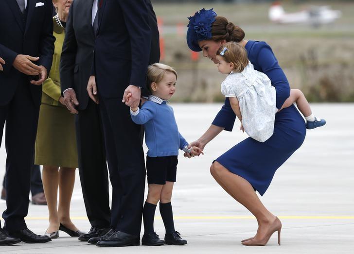 com os filhos principe william e kate iniciam visita ao canada por reuters william e kate iniciam visita