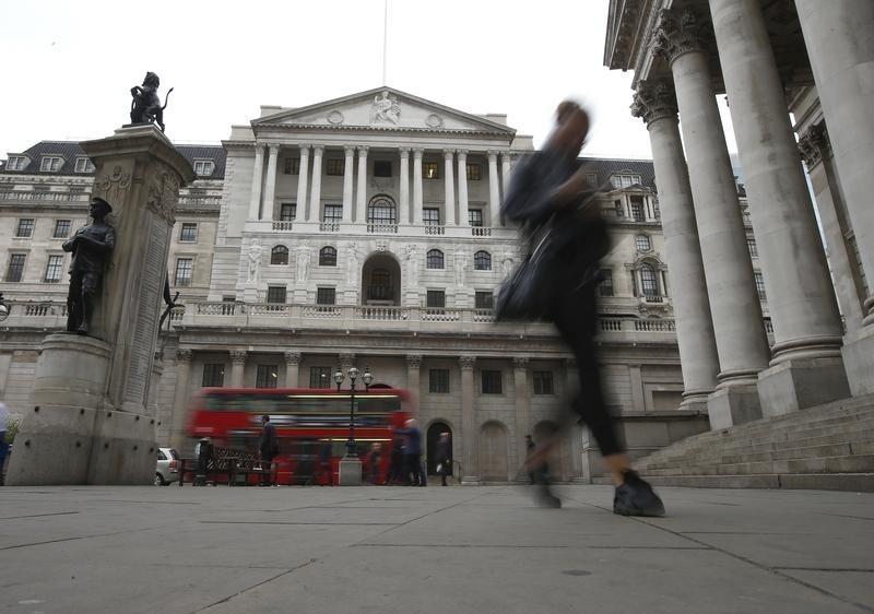 © Reuters. Commuters walk past the Bank of England in London