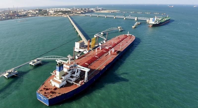 © Reuters. A general view of a crude oil importing port in Qingdao