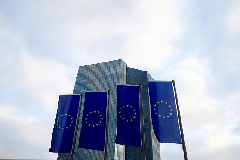 © Reuters. EU flags fly in front of European Central Bank headquarters in Frankfurt