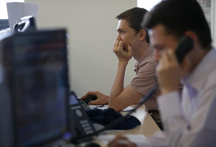 © Reuters. Трейдеры на Московской фондовой бирже