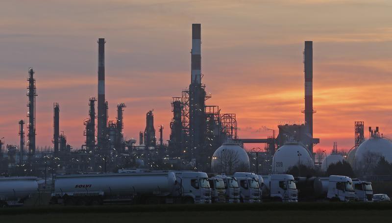 © Reuters. النفط عند أعلى مستوى في شهر مع توقع تمديد خفض الإنتاج