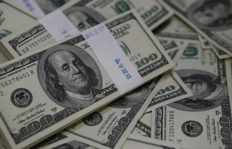 © Reuters. أسوأ أسبوع للدولار في عام وسط ضبابية سياسية