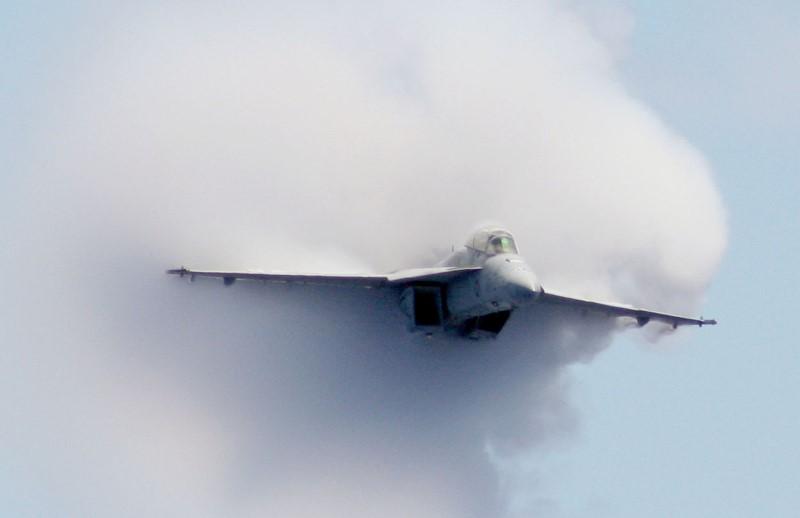 © Reuters. FILE PHOTO: Super Hornet fighter jet breaks the sound barrier