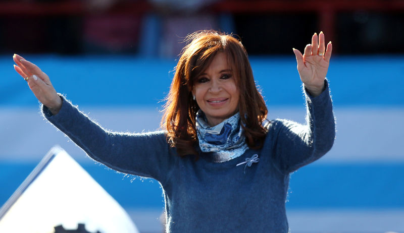 © Reuters. Former Argentine President Fernandez de Kirchner waves during a rally in Buenos Aires