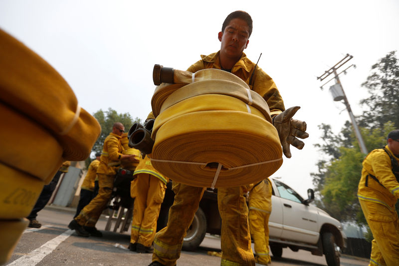 © Reuters. دراسة: تلوث الهواء في مراكز الإطفاء قد يعرض رجال الإطفاء للسرطان