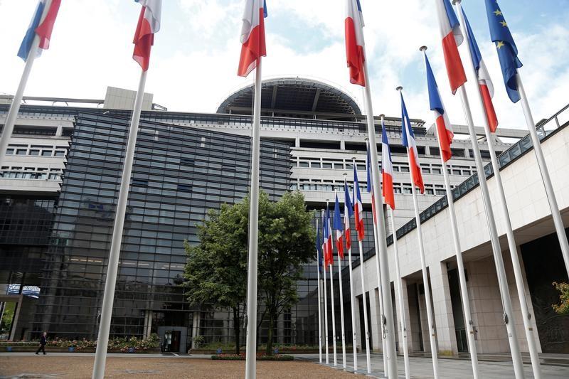 © Reuters. BERCY VEUT OUVRIR DE NOUVEAUX SECTEURS À LA CONCURRENCE