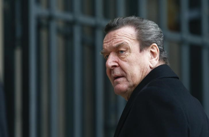 © Reuters. FILE PHOTO - Former German Chancellor Schroeder arrives for a church service in Berlin