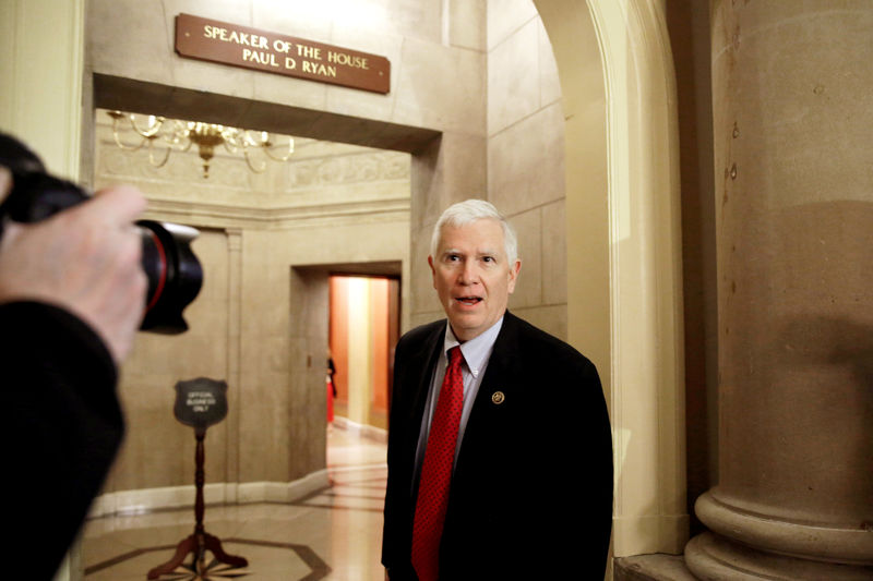 © Reuters. FILE PHOTO - U.S. Representative Mo Brooks walks into a Speaker's office