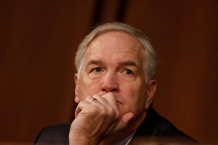 © Reuters. Sen. Luther Strange (R-AL) looks on during a hearing of the Senate Armed Services Committee