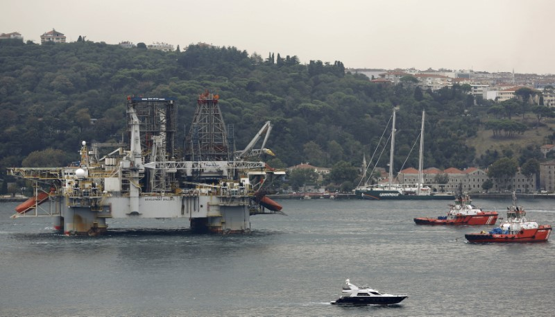 © Reuters. Transocean's GSF Development Driller II crosses Istanbul's Bosphorus on its way to the Black Sea