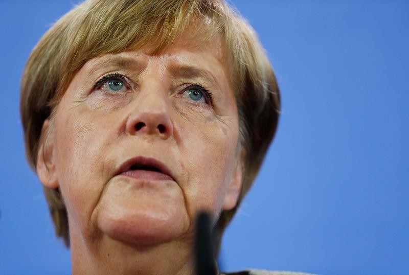 © Reuters. FILE PHOTO: German Chancellor Merkel addresses the media in Berlin