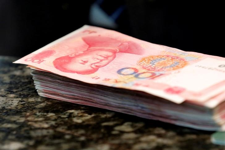© Reuters. Chinese 100 yuan banknotes are seen on a counter of a branch of a commercial bank in Beijing