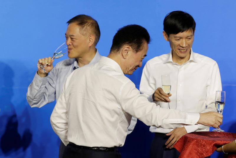 © Reuters. Chairman of Dalian Wanda Group Wang Jianlin and Chairman of R&F Properties Li Silian attend a strategic cooperation signing ceremony in Beijing