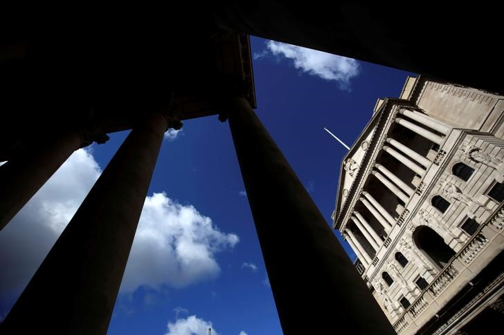 © Reuters. The Bank of England is seen through the columns on the Royal Exchange building in London